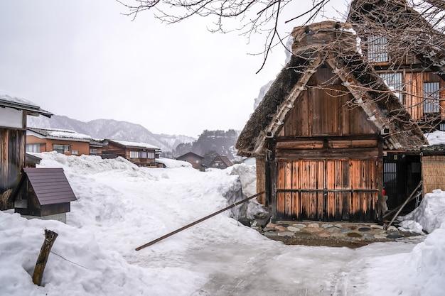 I villaggi di shirakawago e gokayama sono uno dei siti del patrimonio mondiale dell'unesco del giappone. casa colonica nel villaggio e montagna dietro.