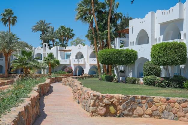 Ville bungalow e appartamenti in un resort di lusso percorso lungo le ville bianche del resort
