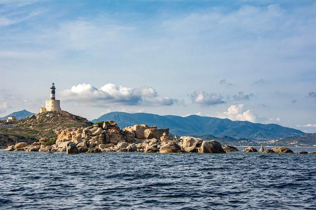 Paesaggio della costa di villasimius in sardegna italia durante una giornata di sole