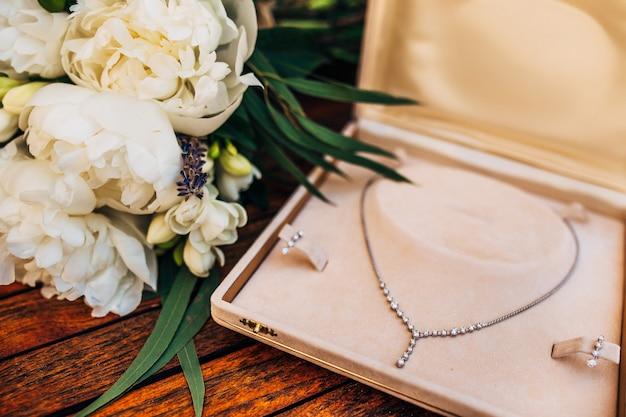 Collana e borsa con foulard in scatola di polvere di accessori vintage