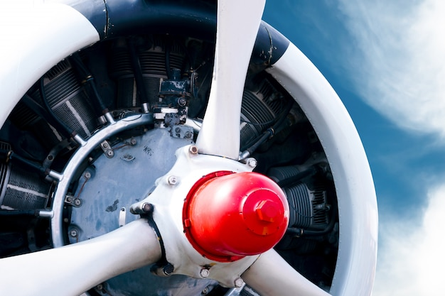 Elica di aeroplano d'epoca con motore radiale su un bel cielo blu