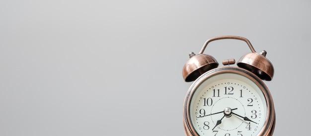 Sveglia vintage su sfondo tavolo in legno e copia spazio per il testo. attività, routine quotidiana, mattina, allenamento e concetto di equilibrio tra lavoro e vita privata