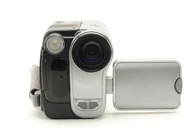 Videocamera amatoriale vintage su una superficie bianca isolata