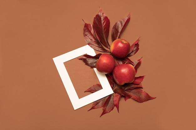 Composizione autunnale vintage con mele e foglie cadute