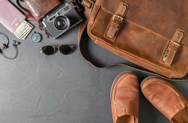 Borsa vintage e scarpa in pelle su pietra nera
