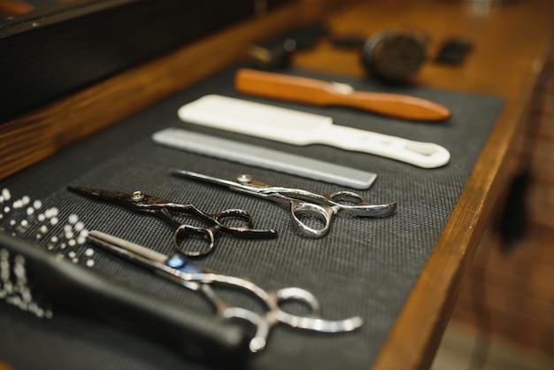 Strumenti d'annata del negozio di barbiere sulla vecchia tavola di legno