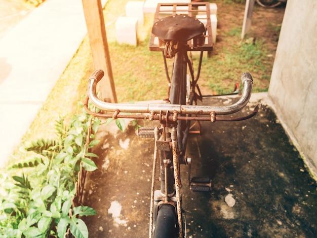 Vintage bicicletta o parco vecchio vintage bicicletta sulla vecchia casa a parete.