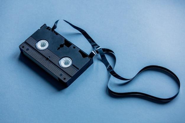 Cassetta nera vintage su sfondo blu. sopra la vista