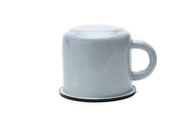 Tazza blu vintage fatta di ferro isolato. vecchia tazza di ferro.