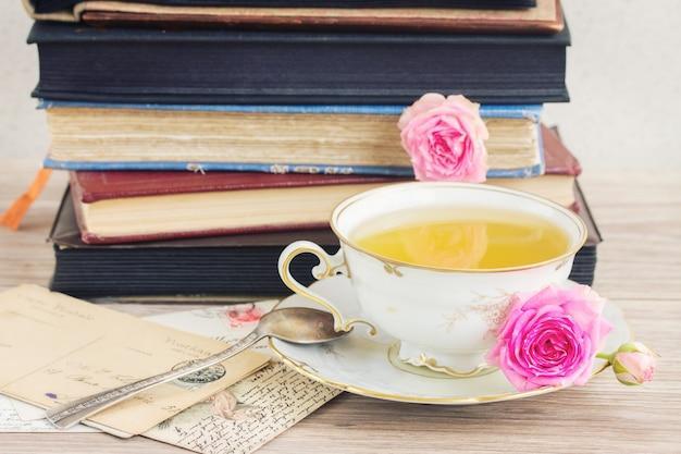 Libri e posta vintage con tazza di tè antica