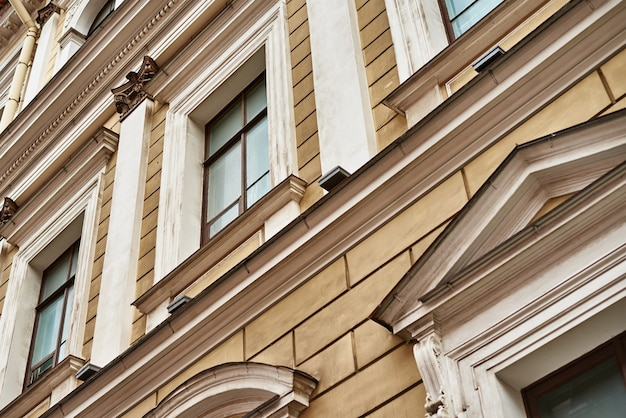 Facciata di edificio vintage con finestra