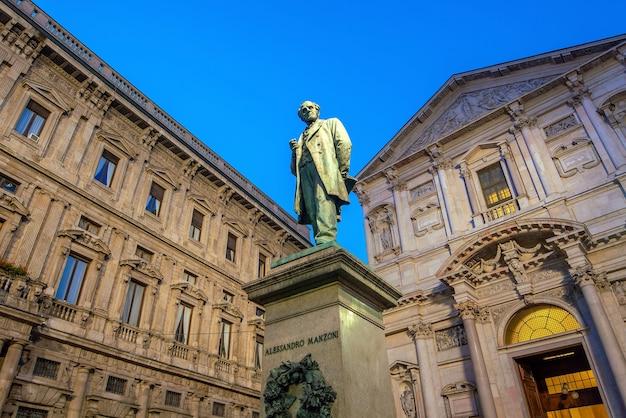 Edificio d'epoca nel centro storico, nel centro di milano, italia