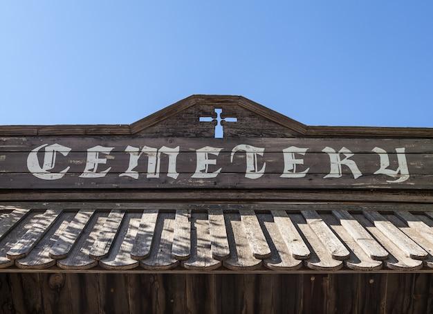 Ingresso cimitero vintage in legno