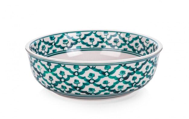 Ciotola in ceramica vintage su superficie bianca