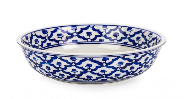 Ciotola in ceramica vintage su bianco