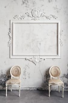 Sedie vintage sulla parete in marmo vittoriano testurizzato