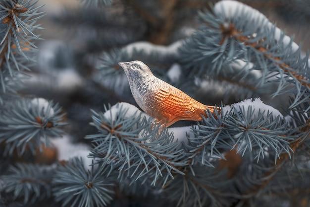 Uccellino giocattolo di natale vintage realizzato in cartone e pellicola