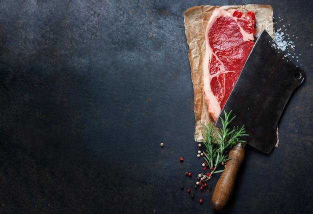 Mannaia vintage e bistecca di manzo cruda