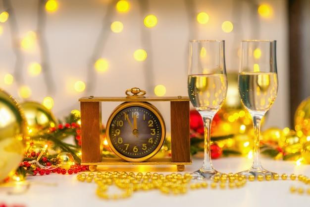 Orologio d'epoca sulla tavola di natale