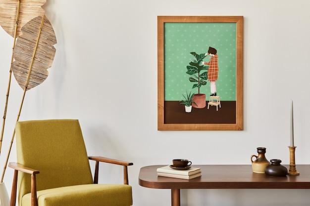 Concetto vintage dell'interno del soggiorno con cornice marrone, poltrona retrò, tavolo, pianta, libro di decorazione e accessori eleganti nell'arredamento della casa.