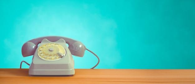 Un telefono con linea vintage su un tavolo di legno