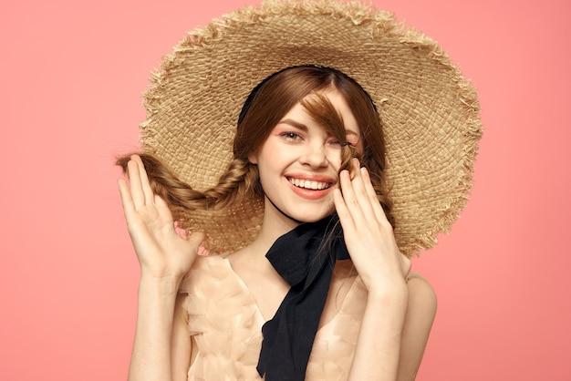 Bambola vintage tenera immagine di una giovane ragazza con un vestito trasparente e un cappello, una bambola viva, una dolce immagine primaverile