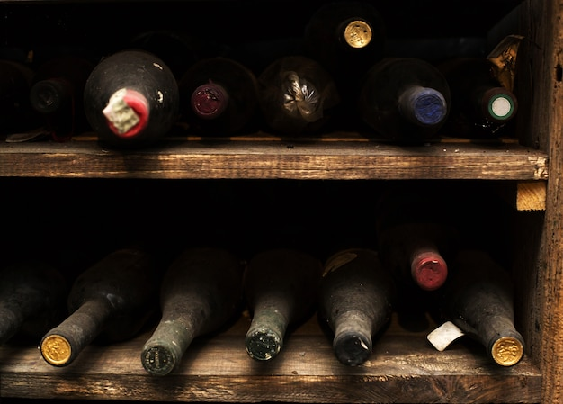Bottiglia di vino polveroso vintage
