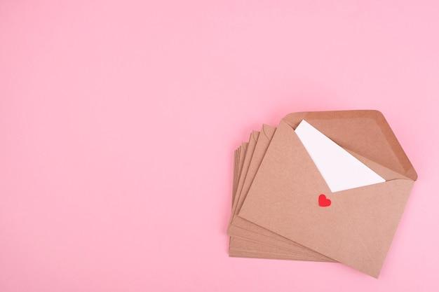 Buste vintage su sfondo rosa. lettera romantica. vista dall'alto. copia spazio. il giorno di san valentino e il concetto di amore.