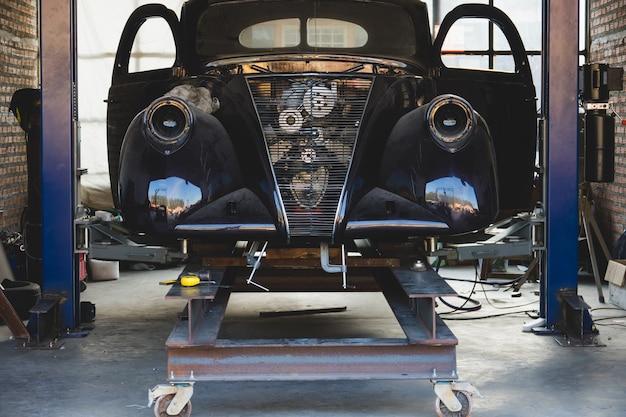 Garage vintage con auto d'epoca rianimare.