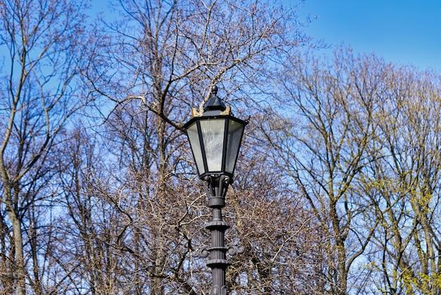 Lampione stradale a gas vintage su uno sfondo di cielo blu