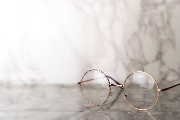 Occhiali d'epoca d'epoca sul tavolo in marmo di lusso