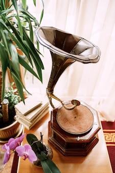 Disco in vinile grammofono vintage giocato fonografo retrò vecchio giradischi in vinile si trova sul tavolo