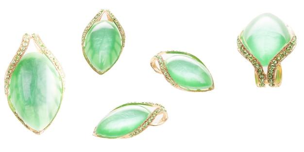 Spilla d'oro verde vintage su sfondo bianco. accessorio elegante chic alla moda