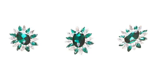 Spilla vintage in argento verde su sfondo bianco. accessorio elegante chic alla moda