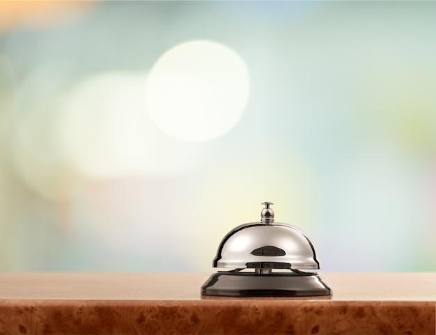 Campanello d'epoca della reception dell'hotel su sfondo sfocato, bokeh