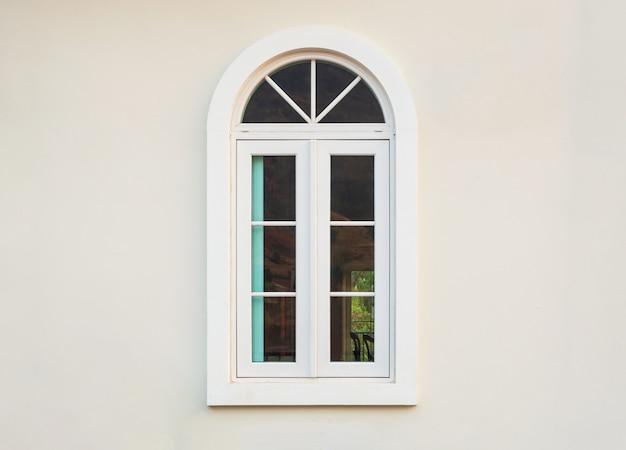Cornice della finestra casa d'epoca su sfondo muro bianco