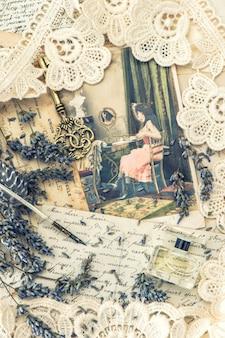 Penna a inchiostro vintage, chiave, profumo, fiori di lavanda e vecchie lettere d'amore. immagine dai toni in stile retrò