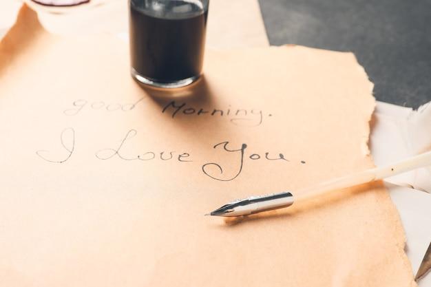 Lettera d'epoca con penna piuma sul tavolo