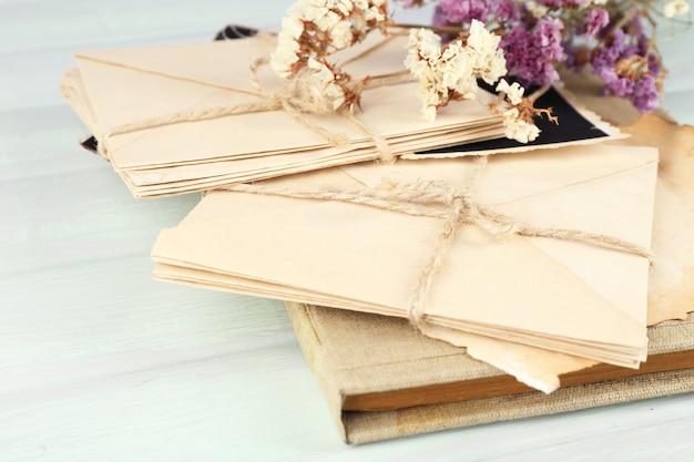 Ricordi vintage con fiori secchi sul tavolo di legno