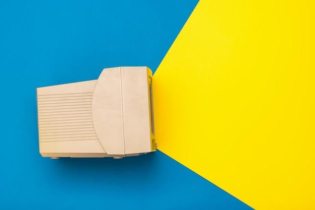 Monitor vintage su sfondo blu e giallo. imitazione del raggio dallo schermo. elettronica d'epoca.