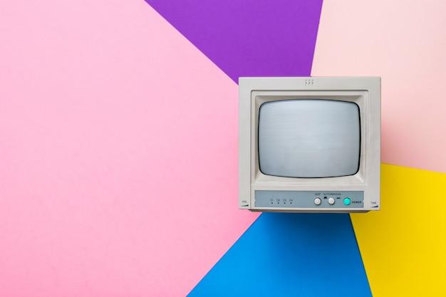 Monitor vintage con cinescopio su sfondo multicolore. la vista dall'alto. elettronica d'epoca.