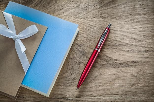 Penna a sfera per taccuini vintage su tavola di legno