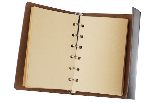 Blocco note vintage con pagine gialle e rilegatura in pelle. isolato su sfondo bianco. intagliato con uno strumento penna. profondità di campo completa.