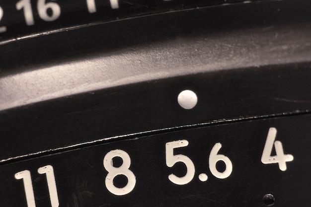 Macro dell'obiettivo dell'annata con la scala delle aperture, dof basso; concentrati sul numero 5.6