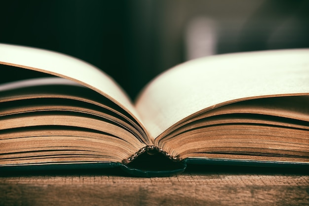 Mucchio di libri d'antiquariato d'epoca