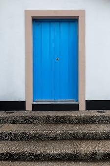 Vecchia porta blu vintage.