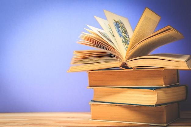Vecchi libri vintage sul tavolo del ponte di legno