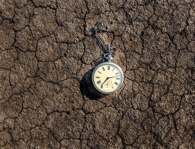 Vecchio orologio da tasca vintage a terra