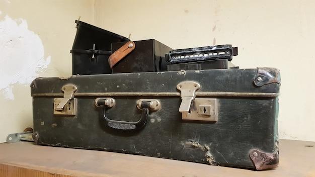 Una classica valigia da viaggio vintage in pelle intorno agli anni '40. concetto di bagaglio.