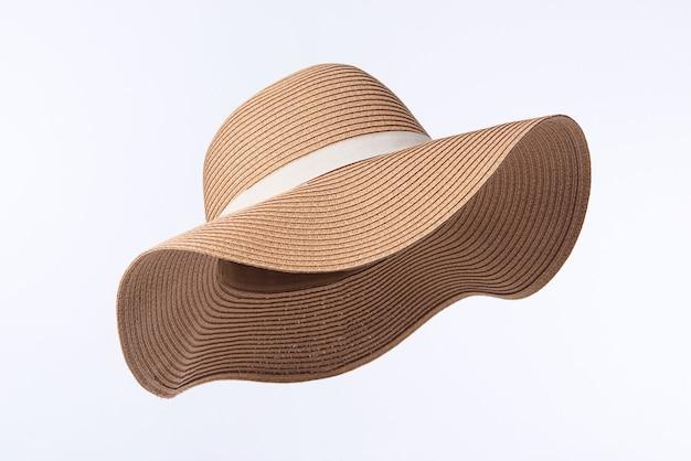 Cappello panama vintage, cappello di paglia giallo estivo da donna con il nastro bianco isolato su sfondo bianco.